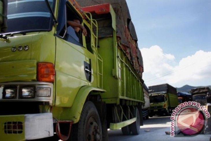 Jalan Cikalong-Cilamaya Karawang diportal karena sering rusak