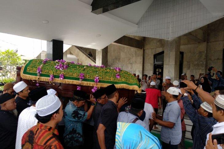 Jenazah ayahanda Zumi Zola tiba di Masjid Nurdin Hasanah