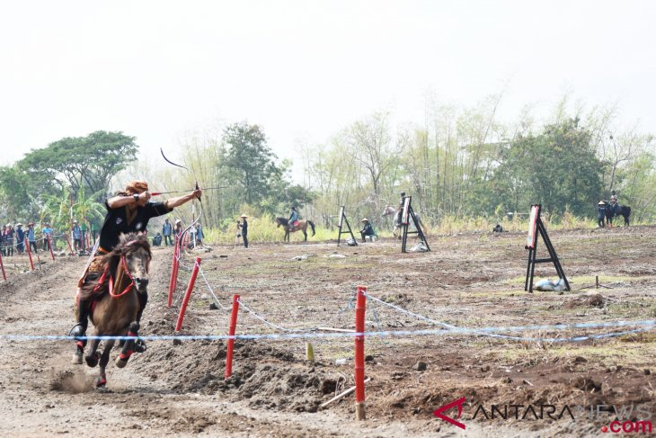 Eight countries` athletes join horseback archery competition