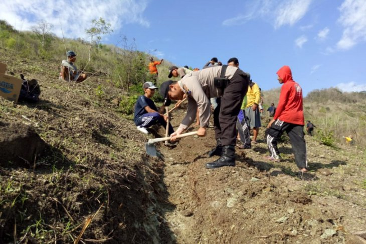 Cegah Longsor, Warga Trenggalek Gotong Royong Tutup Retakan Tebing