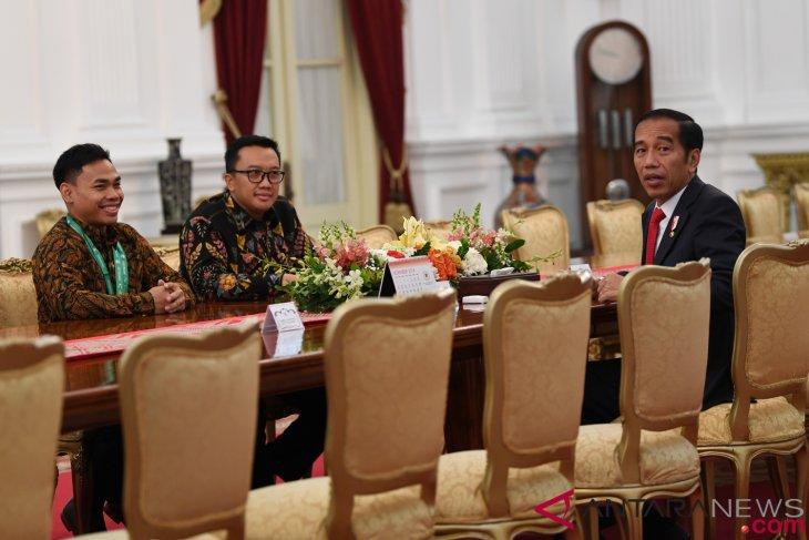 President Jokowi receives weightlifter Eko Yuli