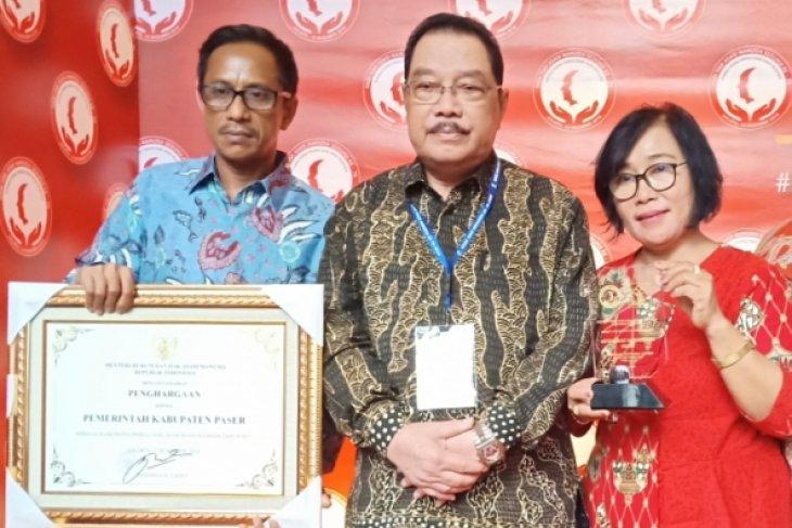 Bupati Paser Terima Penghargaan Peduli HAM