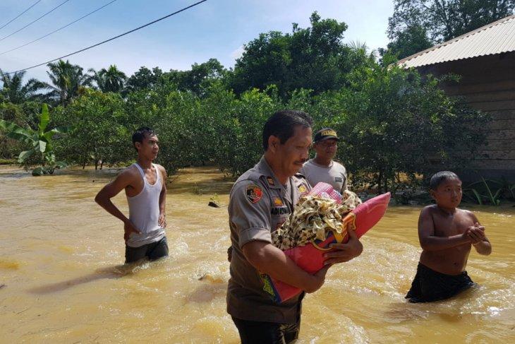 Polsek Besitang evakuasi warga terdampak banjir