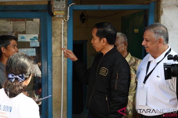 Jokowi ikut pemasangan listrik di Bogor saat massa reuni 212 padati Monas