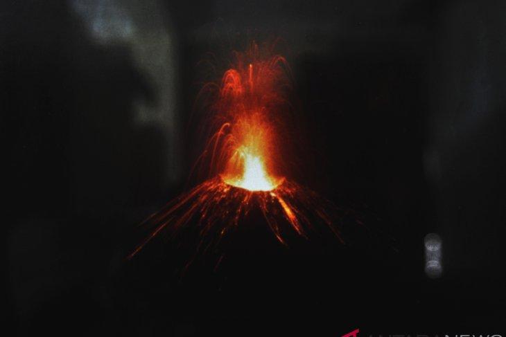 Furious Anak Krakatau scares coastal population