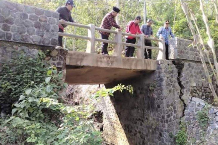 Jembatan Antardesa di Trenggalek Retak Diterjang Banjir