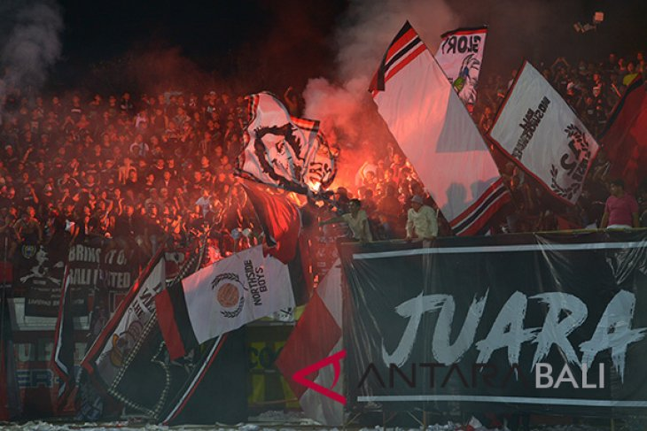 Pertandingan Bali United-Persija terganggu kembang api