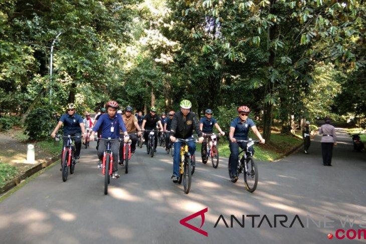 Jokowi bersepeda saat massa 212 di Monas