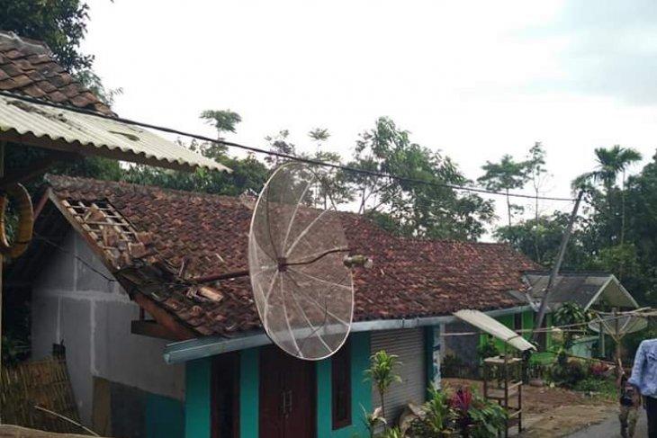 Ratusan rumah di Sukabumi rusak disapu puting beliung