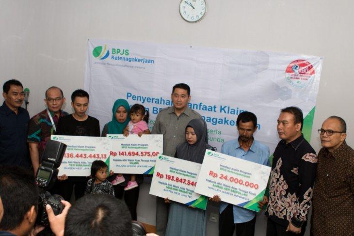 BPJS Ketenagakerjaan Serahkan Santunan 23 Korban Tsunami Banten