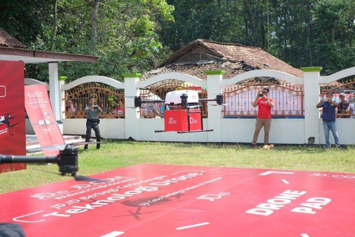 Suasana uji coba terbang drone untuk pengiriman logistik yang berlangsung di kawasan Parung Panjang, Jawa Barat. Foto: Antara/istimewa