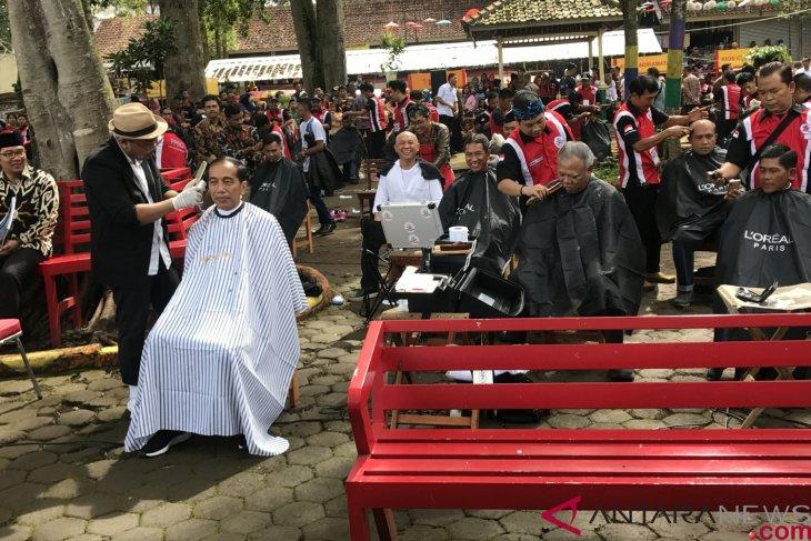 Presiden Jokowi cukur massal bareng pejabatnya di Situ Bagendit