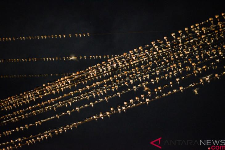 Kotoran burung di sepanjang Jalan Suryotomo Yogyakarta dibersihkan