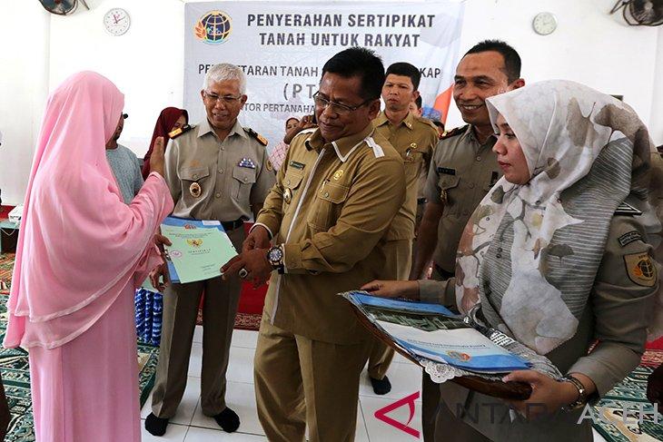 Wali Kota Banda Aceh bagikan 499 sertifikat tanah masyarakat