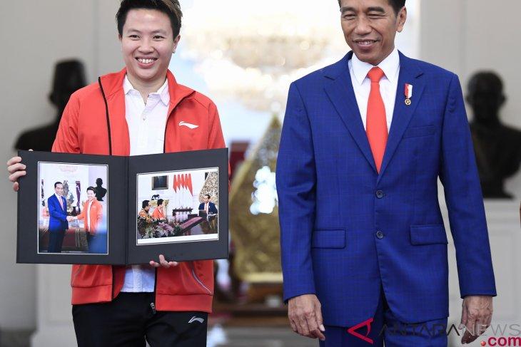 Jokowi receives Liliyana Natsir at Merdeka Palace