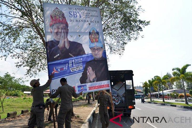 Petugas Satpol PP dan Panwaslu mengangkut Alat Peraga Kampanye (APK) saat berlangsung penertiban di kawasan jalan Ulee Lheue, Banda Aceh, Rabu (30/1/2019). Penertiban Aalat Peraga Kampanye Caleg tersebut sesuai Undang-undang nomor 7 tahun 2017 tentang pemilihan umum karena menyalahi aturan administrasi dan selain penempelan APK dengan cara dipaku dapat merusak pohon. (Antara Aceh/Ampelsa)