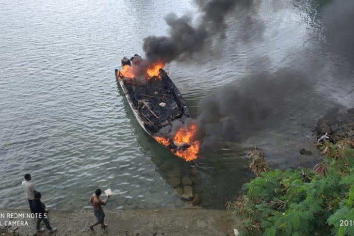 Perahu cepat Pemkot Tual terbakar lukai nakhoda