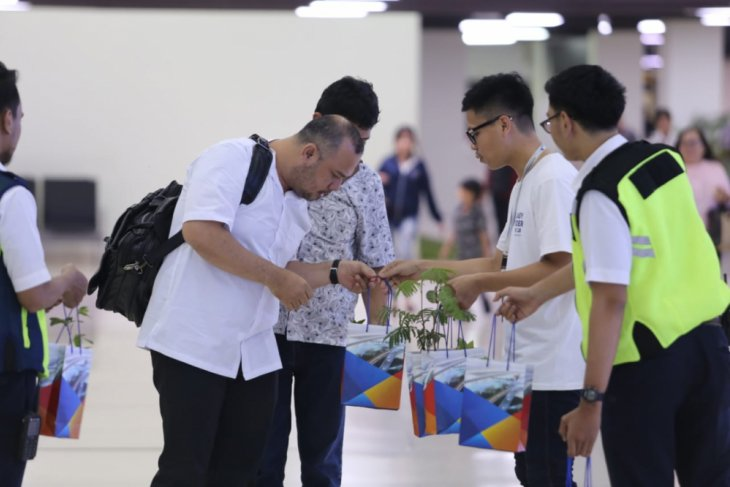 Bandara Soekarno-Hatta Bagikan 2.019 Bibit Pohon Kepada Penumpang