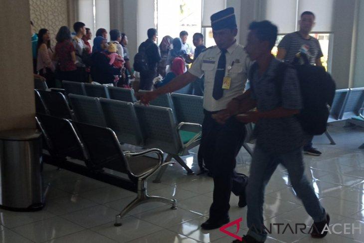Salami keluarga saat akan naik ke pesawat, calon penumpang di Bandara Nagan Raya diamankan petugas