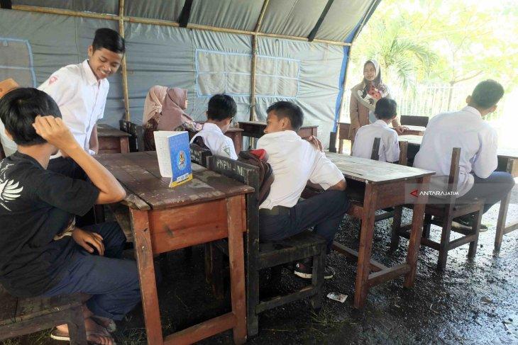 Ruang Kelas Ambruk, Siswa MTS Fathur Rahman Jember Belajar di Tenda Darurat BPBD (Video)