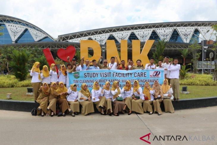 Petugas kebersihan Singkawang kunjungi Bandara Supadio