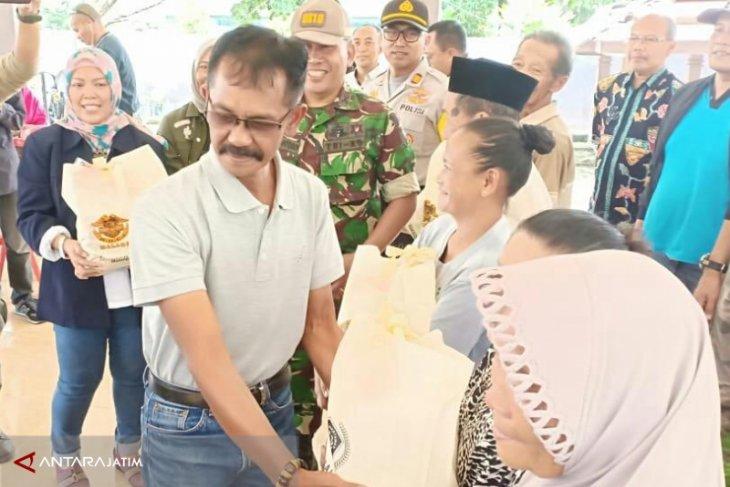 PWI-HDCI Bagikan Sembako di Desa