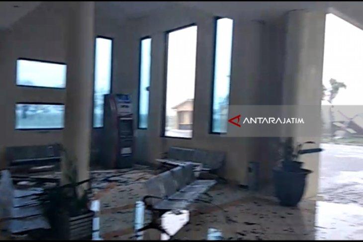 Angin Kencang Terjang Bandara Notohadinegoro Jember (Video)