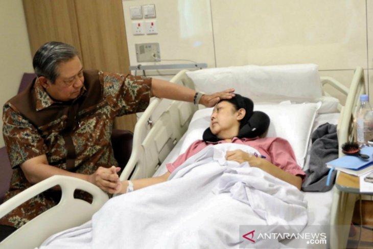 Ibu Ani diperbolehkan keluar ruangan perawatan sejenak