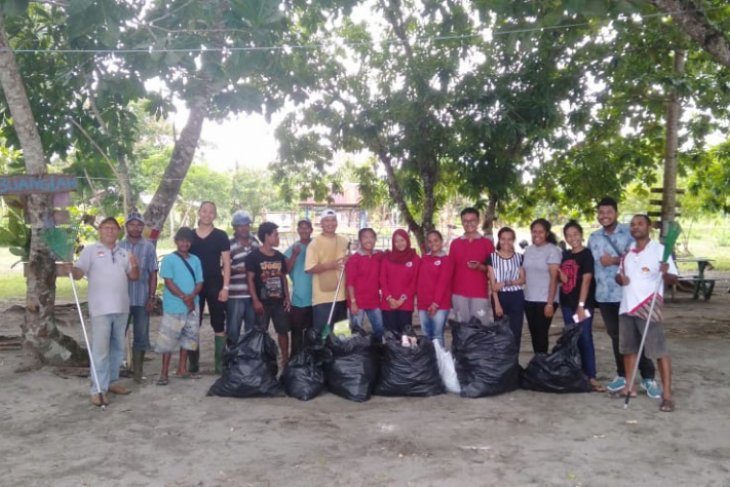 HPI Papua Barat Bersihkan Pantai Wisata Petrus Kafiar