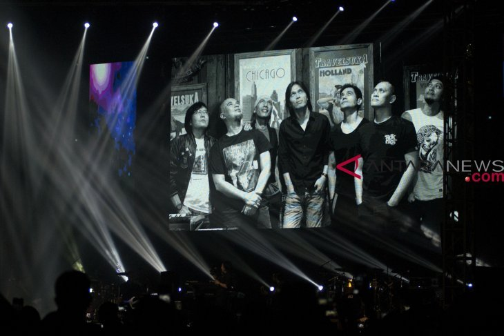 Tampil mewakili Ahmad Dhani, Dul berurai air mata pada konser Dewa 19 di Malaysia