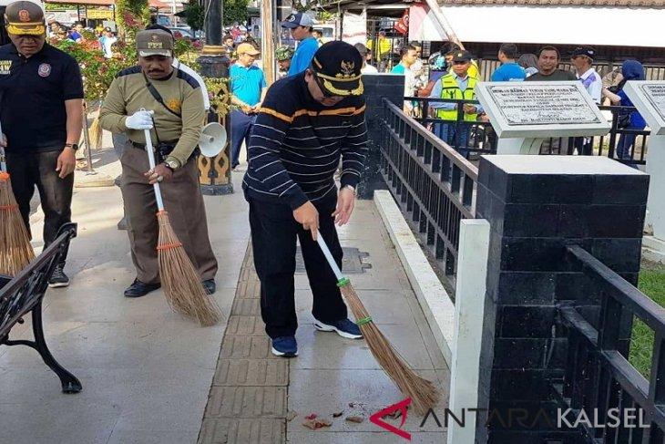 Bupati Balangan Bersih-bersih Lingkungan
