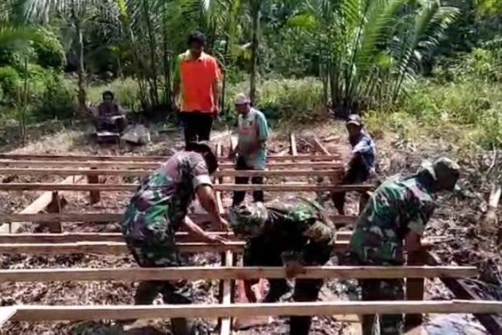 TNI bersama PIS Kualatungkal bantu bedah rumah warga tak mampu