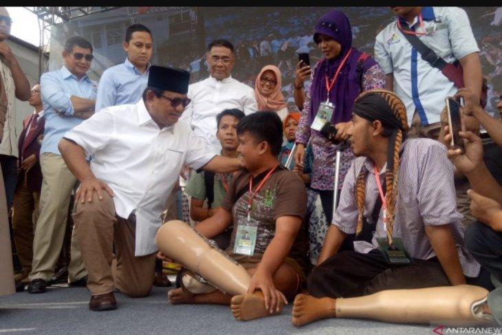 Prabowo berikan kaki palsu kepada penyandang disabilitas di UKRI