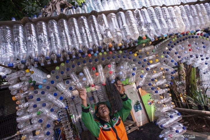 Kurangi sampah plastik Bhayangkari Polres Aceh Utara bawa botol air