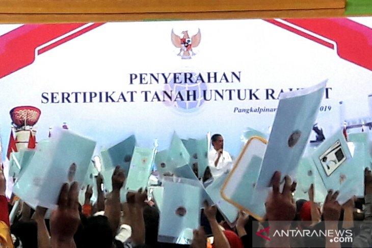 Jokowi presents 2,500 land certificates to Bangka Belitung residents