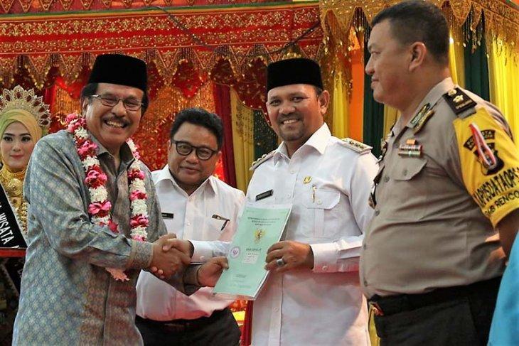 Sofyan Jalil serahkan sertifikat tanah di kabupaten Aceh Besar
