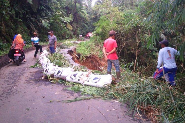 BPBD harapkan Pemprov Bengkulu segera perbaiki jalan longsor di Sindang Kelingi