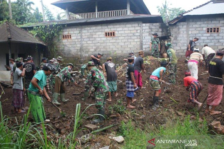 Satgas TMMD-masyarakat bersihkan sampah di Pura Tampuagan Bangli