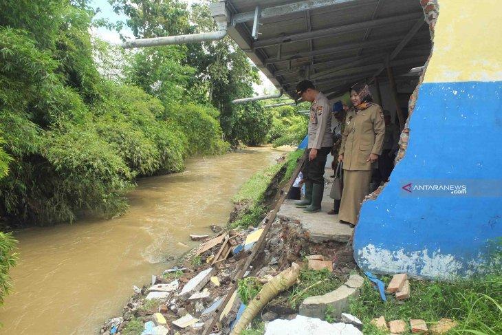 Rusaknya ruang kelas SMP PGRI 3 Tempurejo Jember akibat banjir (Video)