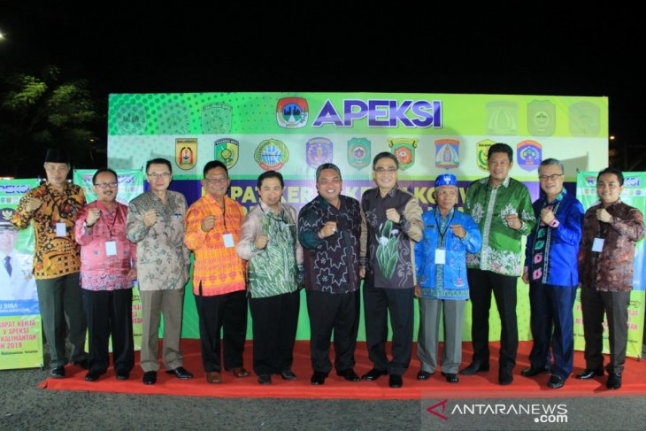 Banjarbaru Mayor welcomes Apeksi with a dinner in the open field