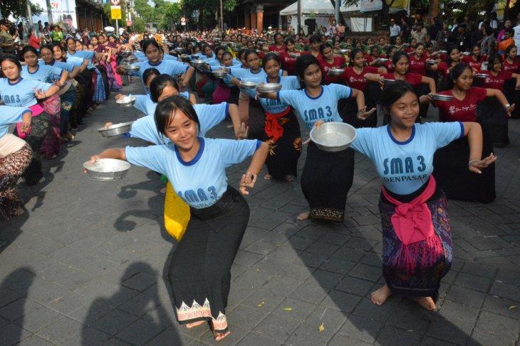 Tari Pendet Massal sambut Presiden Jokowi resmikan Pasar Badung