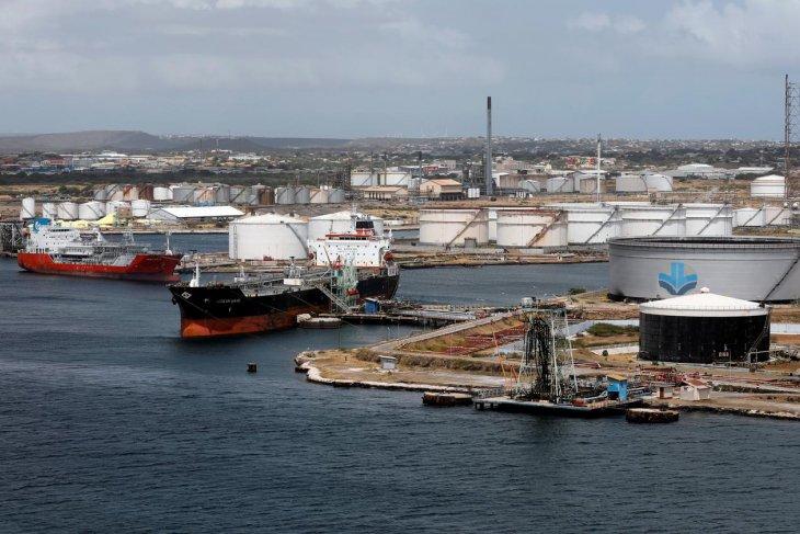 Harga minyak jatuh, momok virus China ancam permintaan bahan bakar