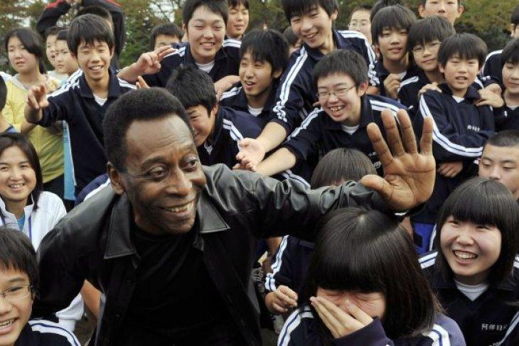 Legenda sepak bola Pele masuk rumah sakit di Paris
