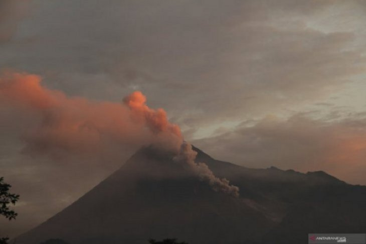 Mount Merapi  spews hot cloud  on early Sunday