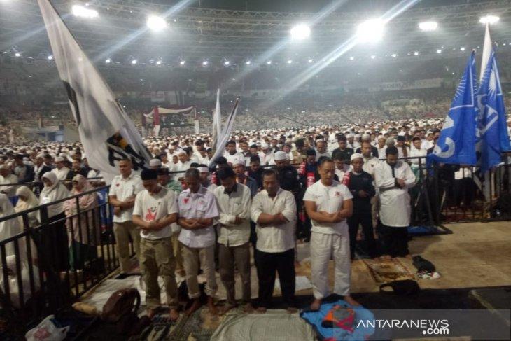 Massa pendukung Prabowo-Sandi salat tahajud di SUGBK
