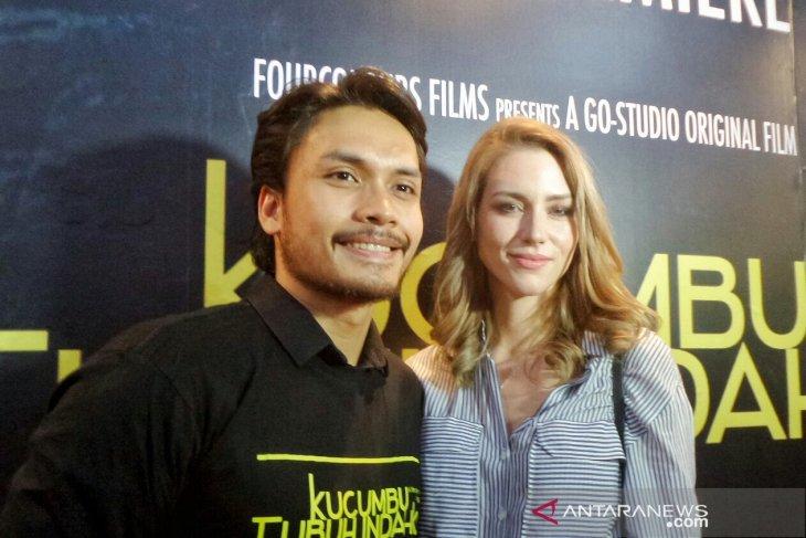 Aktor Randy Pangalila selalu ajari istri berbahasa Indonesia