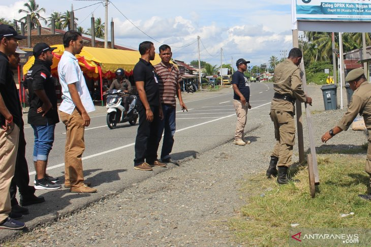 Bawaslu dan Satpol PP Ambon bersihkan APK Pemilu