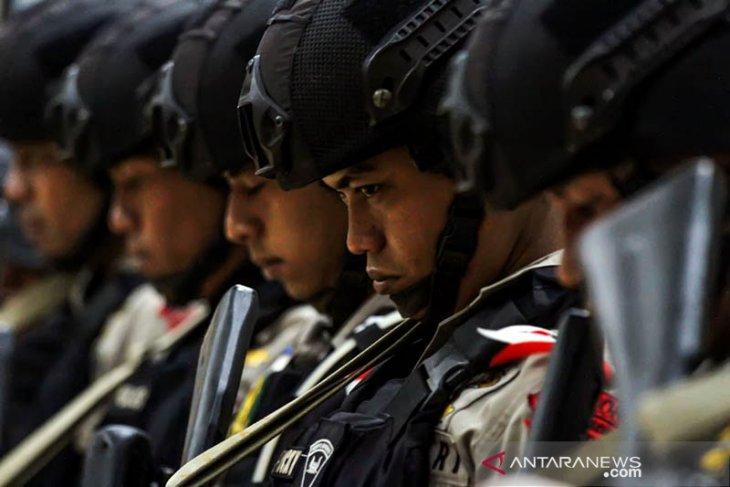 Personel Brimob Detasemen B Jeulikat mendengar arahan pergeseran Pasukan Dalam Rangka Pengamanan Pilpres 2019 di Polres Lhokseumawe, Aceh, Senin (15/4/2019). Aparat gabungan Brimob, BKO Polri Polda Aceh dibantu TNI bersenjata lengkap melakukan pergeseran kesejumlah daerah terpencil dan pedalaman Aceh bagian tengah untuk pengamanan pemungutan suara pileg serta pilpres 2019. (Antara Aceh/Rahmad)