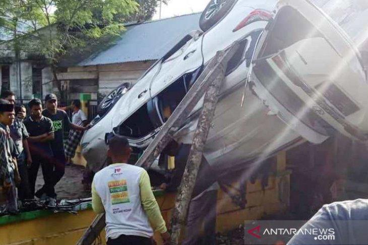 Sopir ngantuk, Toyota Fortuner tabrak pagar dan terbalik di Nagan Raya