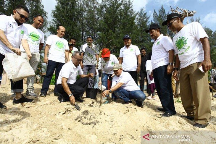 SBA-Pemkab bersihkan pantai peringati Hari Bumi